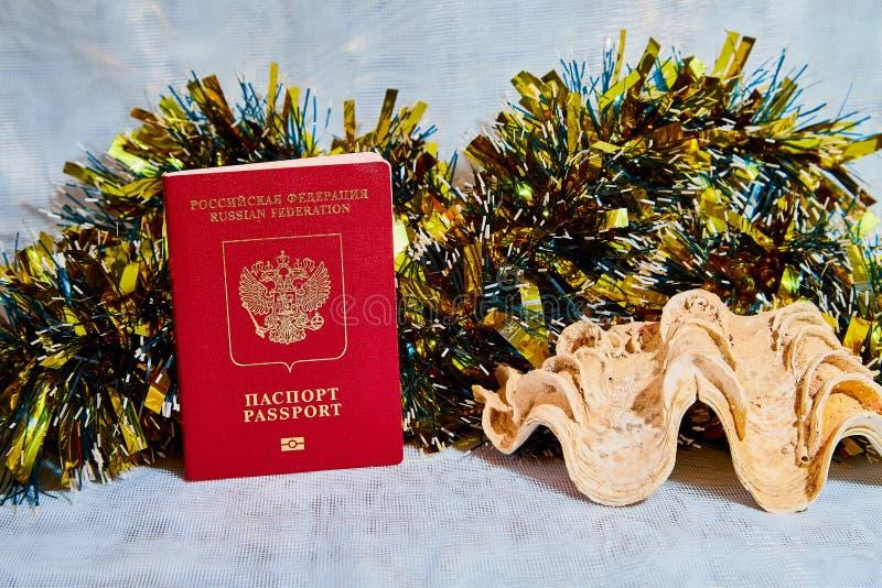 Tresse colorée de Noël, citoyen de passeport de la Russie et grande coquille photographie stock libre de droits