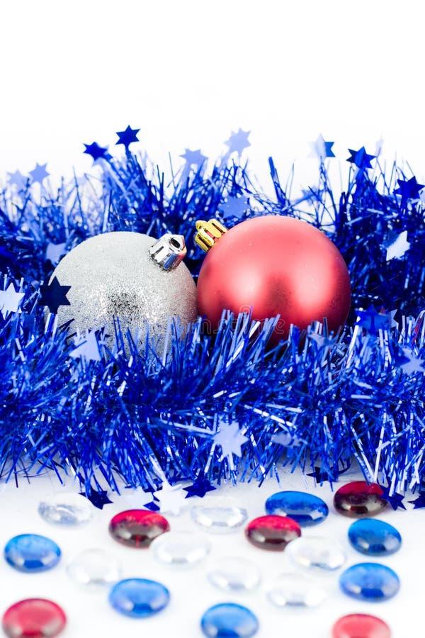 tresse colorée par Noël bleu de billes photographie stock libre de droits