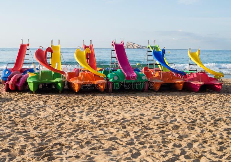 Tretboote auf Benidorm-Strand lizenzfreie stockfotos