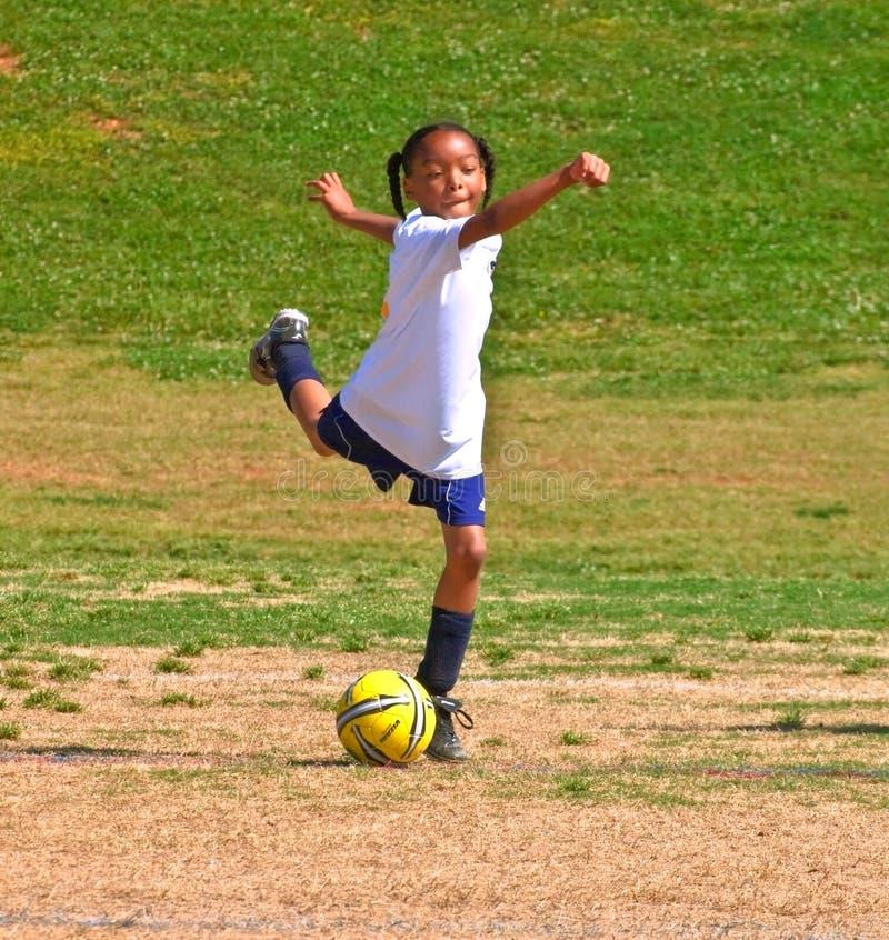 Treten des Kugel-/des Mädchens Fußballs stockbild