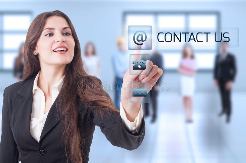 Treten Sie mit uns Konzept mit der Geschäftsfrau in Verbindung, die transparentes futu bedrängt lizenzfreie stockbilder