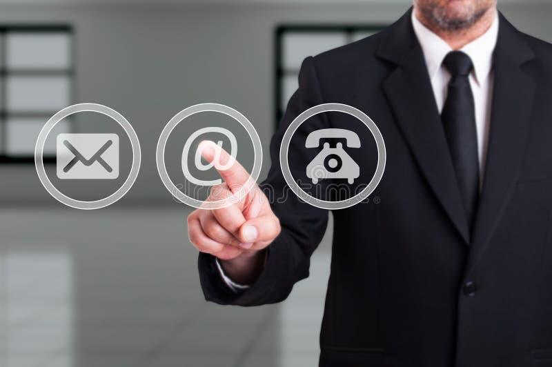 Treten Sie mit unserem Firmenkonzept mit dem Geschäftsmann in Verbindung, der E-Mail-Kolben bedrängt lizenzfreie stockfotos