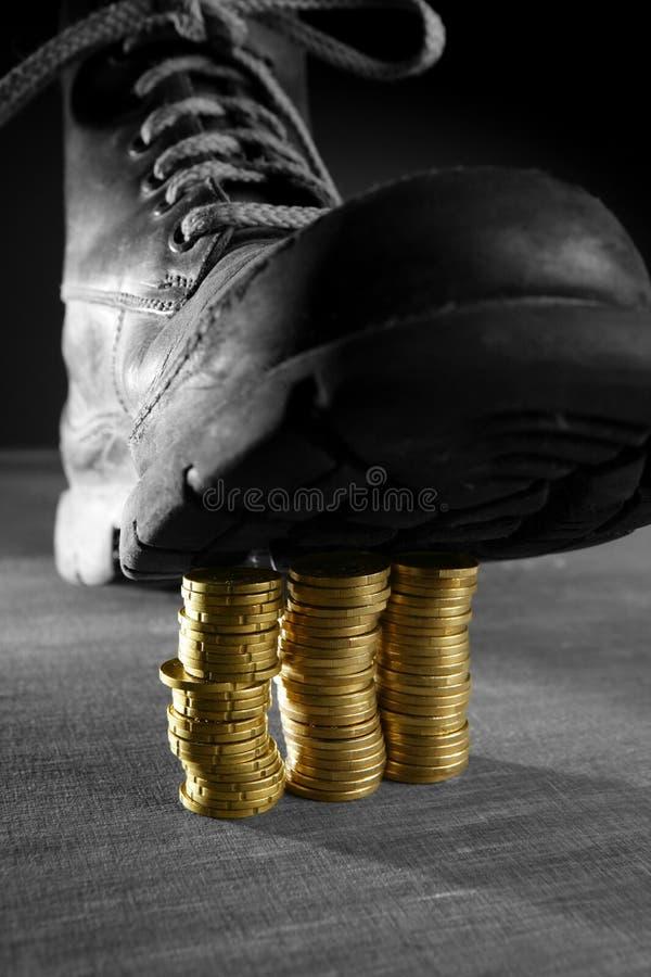 Download Treten Von Drei Münzenspalten Mit Einer Matte Stockfoto - Bild von nahaufnahme, braun: 9097048