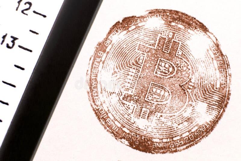 Trettonde Bitcoin Stämpla faktiska mynt i retro stil nära den gamla linjalen Brun toning För designen av faktiska dokument på th arkivbilder