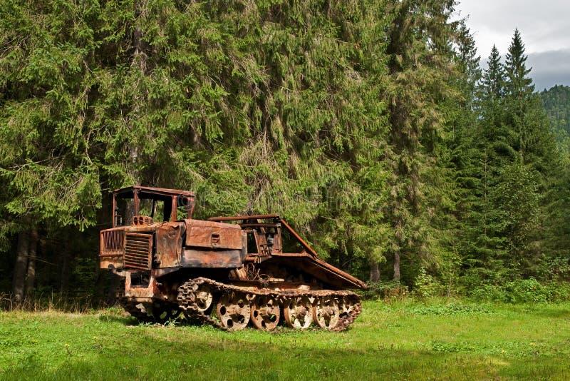 Treuil abandonné contre le contexte d'une forêt antique de montagne photos libres de droits