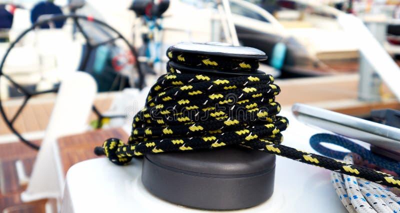 Treuil avec la corde sur le bateau à voile image stock