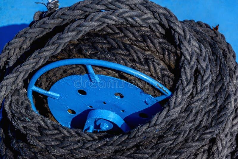 Treuil d'amarrage, amarrant l'ancre de corde de jeune fille de treuil au bateau en avant dans le chantier naval de grand photos stock