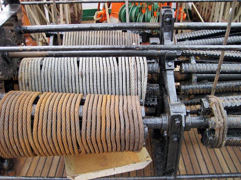 Treuil de bateau avec le câble en acier photographie stock libre de droits