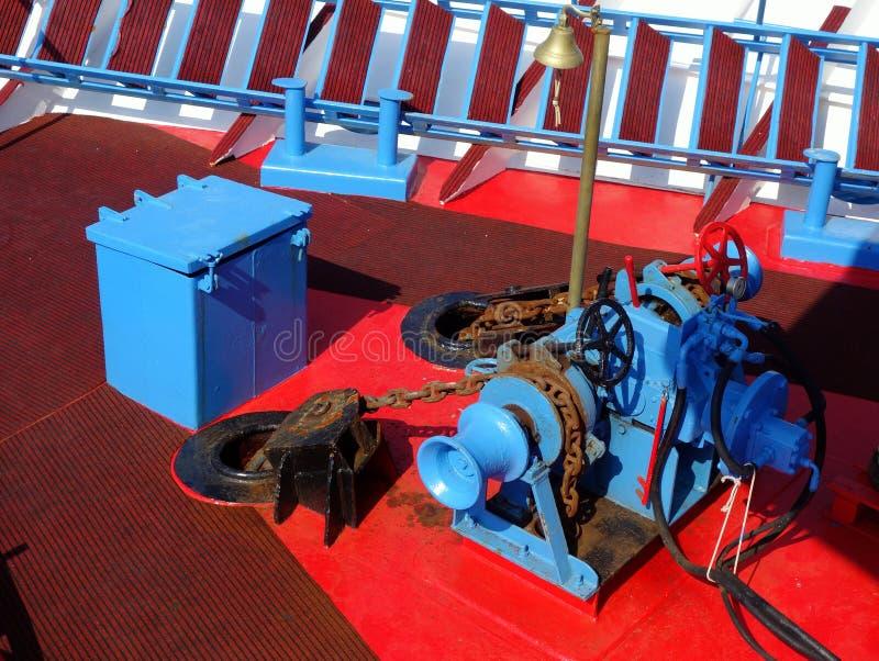 Treuil de chaîne d'ancre sur le bateau photo stock