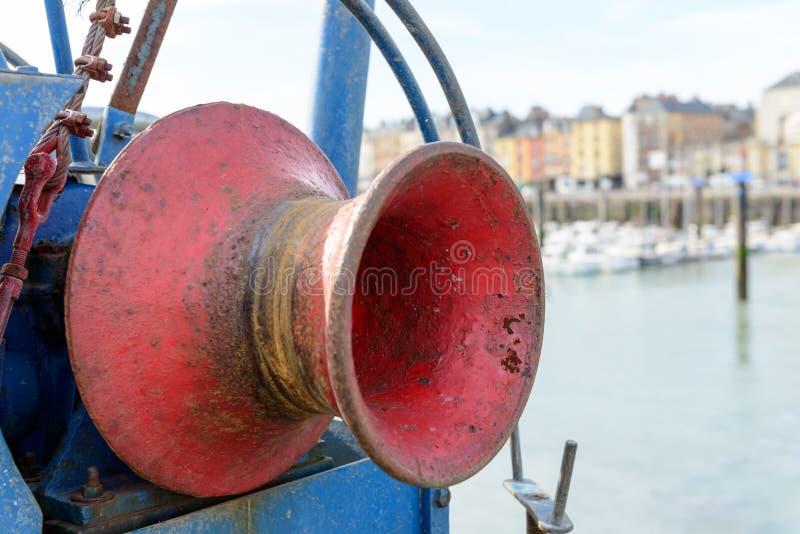 Treuil rouge d'un bateau image stock