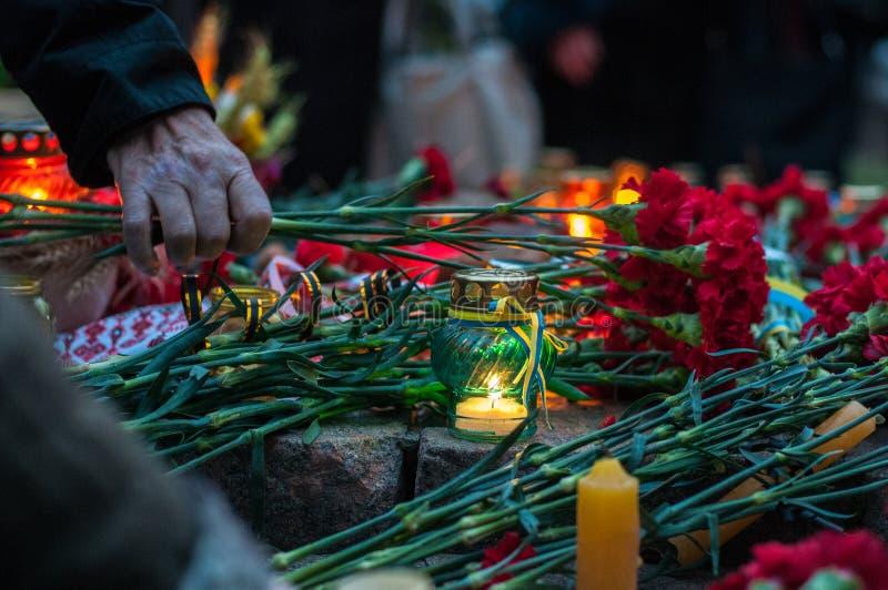 Treurig-kaarsen en bloemen in het geheugen van hongersnood-volkerenmoord Verhongering Holodomor royalty-vrije stock fotografie