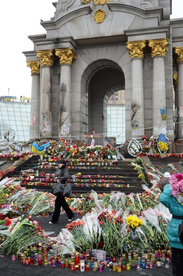Treurige die Maidan met bloemen en kaarsen wordt gevuld royalty-vrije stock fotografie