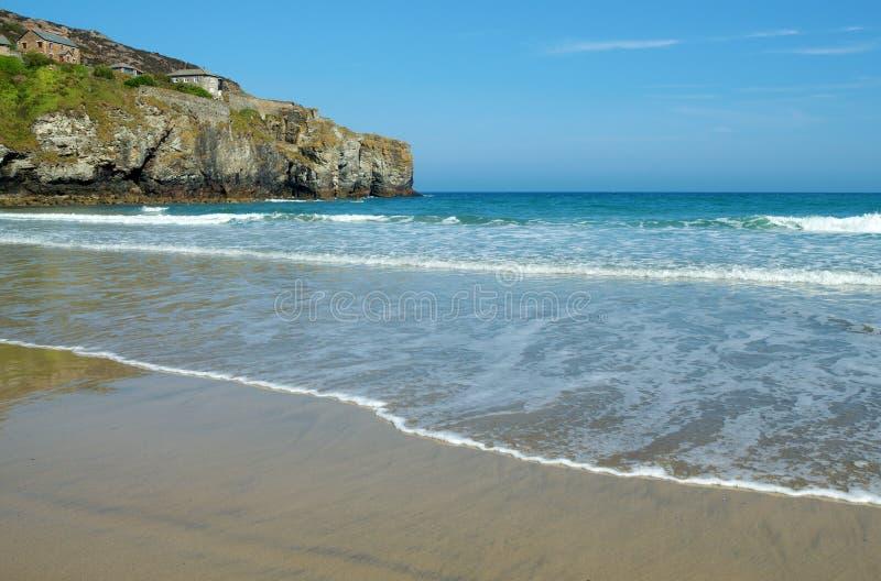 Trevaunance在圣艾格尼丝, Cornwall附近的小海湾海滩。 免版税库存照片