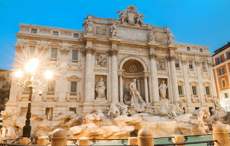 Trevi喷泉在夜之前,罗马,意大利 免版税图库摄影