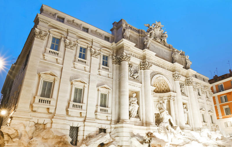 Trevi喷泉在夜之前,罗马,意大利 免版税库存图片