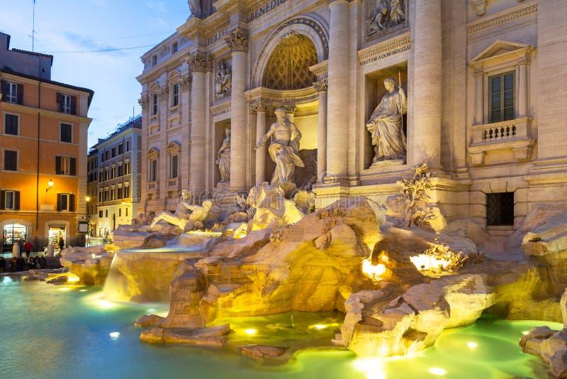 Trevi喷泉的美好的建筑学在黄昏的罗马,意大利 免版税库存图片