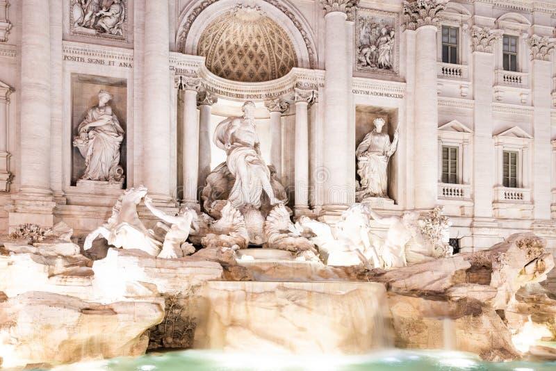 Trevi喷泉,意大利语:芳塔娜di Trevi,照亮在夜之前在罗马,意大利 免版税图库摄影