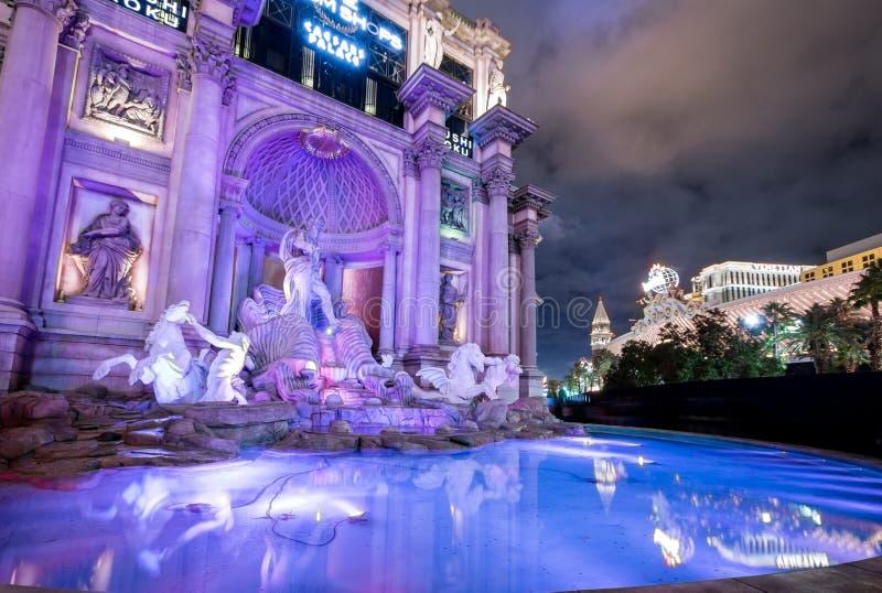 Trevi在凯撒宫旅馆和赌博娱乐场的喷泉复制品在晚上-拉斯维加斯,内华达,美国 免版税图库摄影