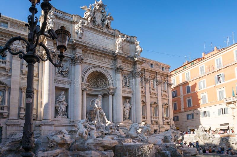 TREVI de fontaine avec les sculptures célèbres avec Palazzo Poli sur le fond photos stock