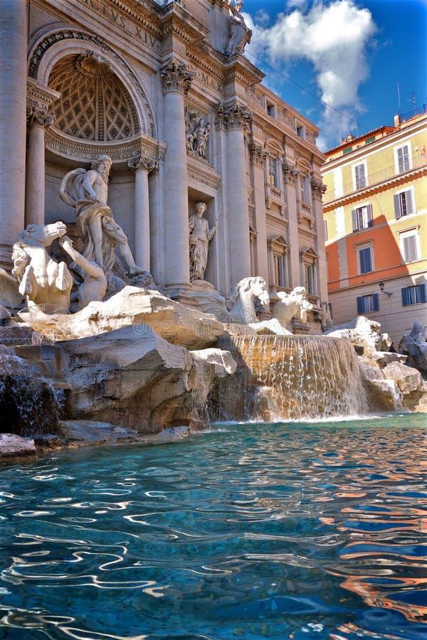 Trevi-springbrunn och pöl i Rome Italien royaltyfri fotografi