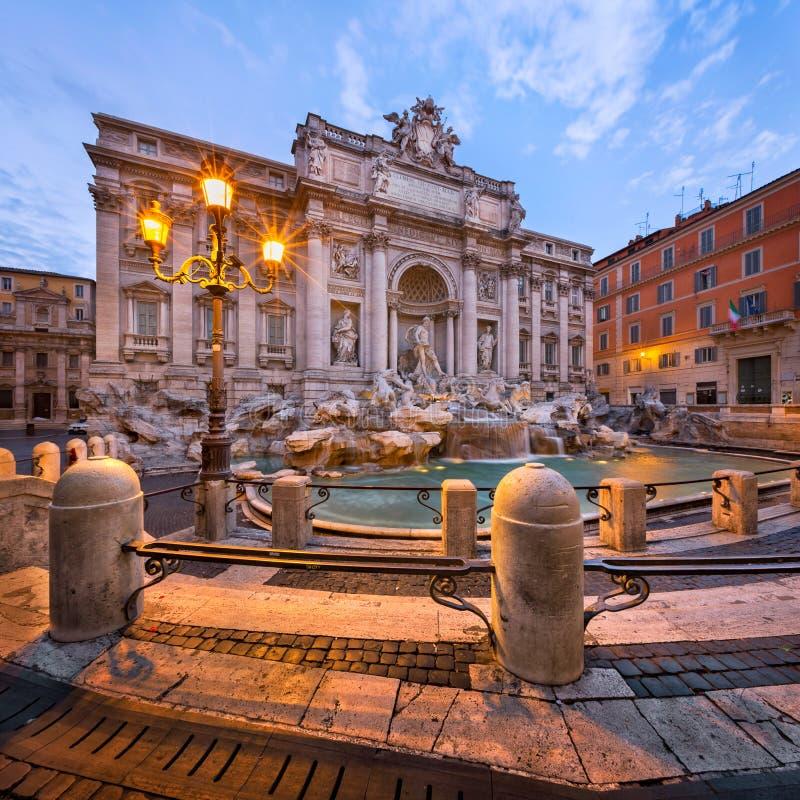 Trevi-springbrunn och Piazza di Trevi i morgonen, Rome, Italien royaltyfria foton