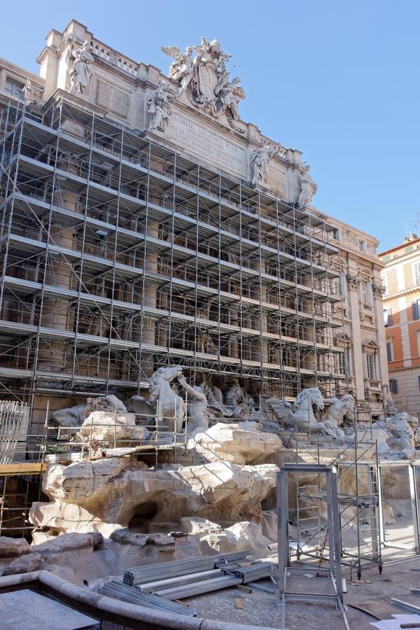 Trevi-springbrunn under återställande Rome royaltyfria bilder