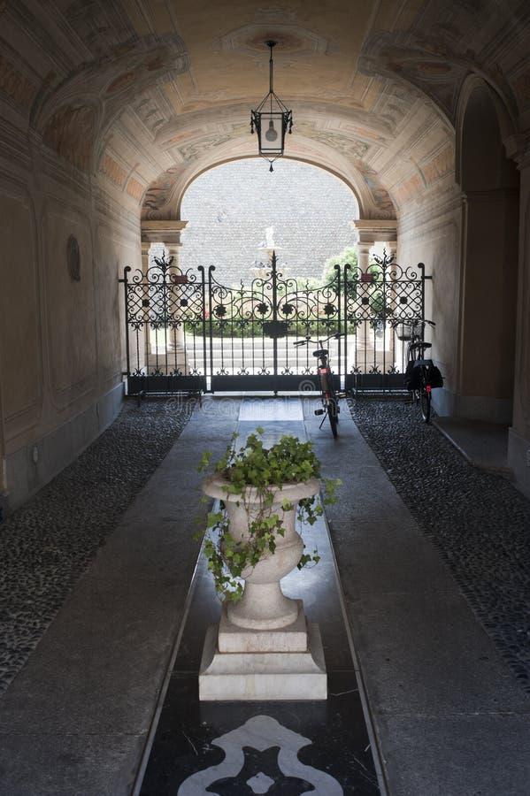 Treviglio (Italia), entrata del palazzo storico fotografie stock libere da diritti
