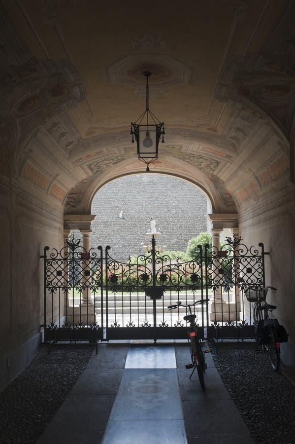 Treviglio (Italia), entrata del palazzo storico immagine stock