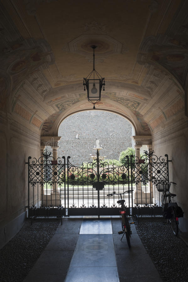 Treviglio (Italie), entrée de palais historique image stock