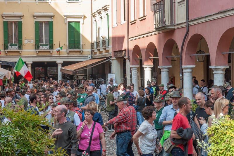 TREVISO, ITÁLIA - 13 DE MAIO: conjunto nacional das tropas alpinas dos veteranos italianos imagem de stock