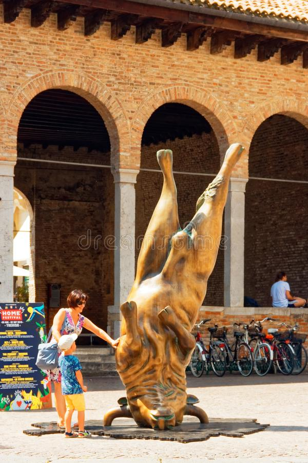 Treviso, Italien am 7. August 2018: ein Monument unter den Altbauten der Stadt stockfoto