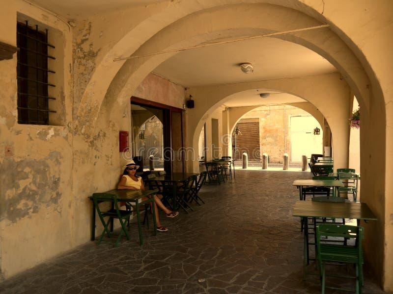 Treviso Italien am 24. Juni 2012/A weibliche Touristen sitzt das Warten lizenzfreies stockfoto