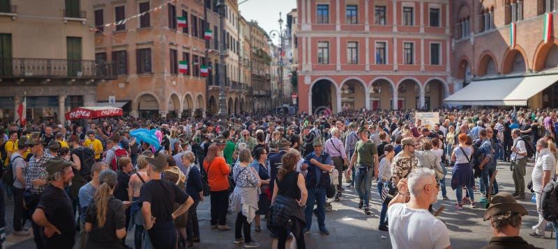 TREVISO WŁOCHY, MAJ, - 13: zgromadzenie narodowe włoskich weteranów wysokogórscy oddziały wojskowi zdjęcie royalty free