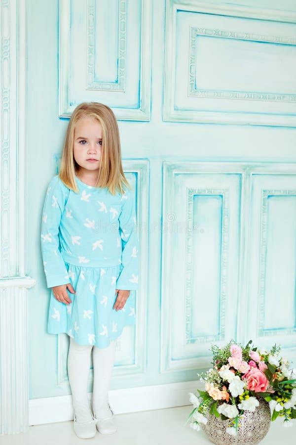 Trevlig allvarlig flicka i blåttklänning arkivbilder