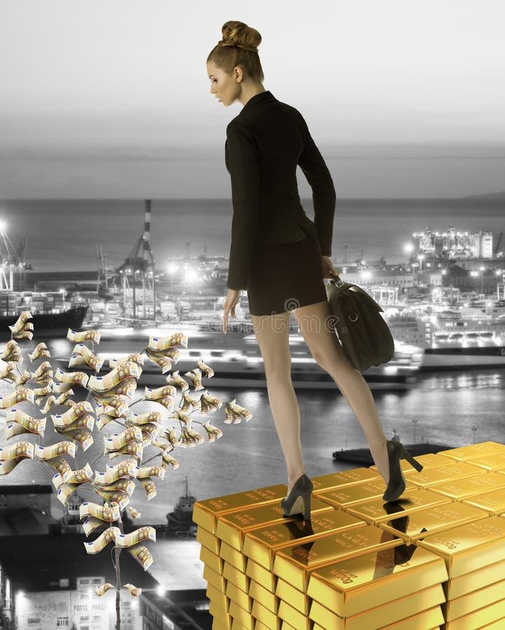 Trevlig bìusineskvinna på guld- torn nära havsport arkivbild