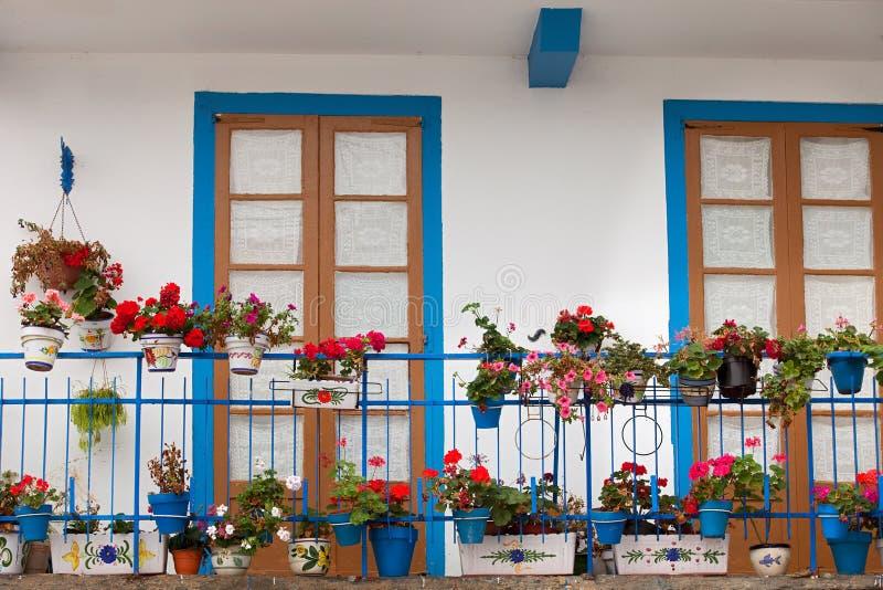 Trevlig balkong med blåa dörrar arkivfoton