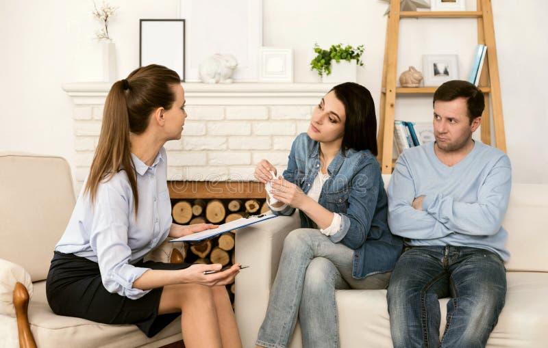 Trevlig bra seende kvinna som lyssnar till hennes terapeut royaltyfri foto