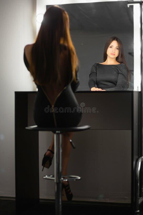 Trevlig brunett som poserar i studion royaltyfri foto