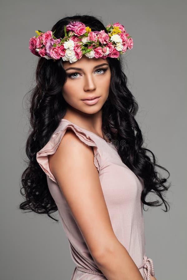 Trevlig brunettkvinna med lockigt hår fotografering för bildbyråer
