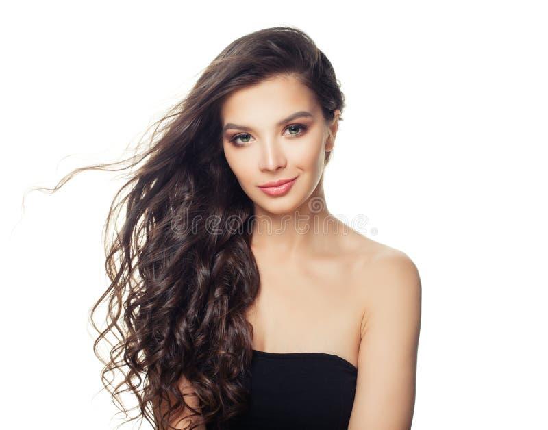 Trevlig brunettmodellkvinna med klar hud och perfekt hår som isoleras på vit bakgrund royaltyfri foto