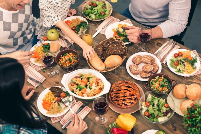 Trevlig familj som har den smakliga matställen fotografering för bildbyråer