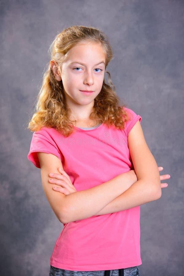 Trevlig flicka med skjortan för blont hår och rosa färg arkivfoto
