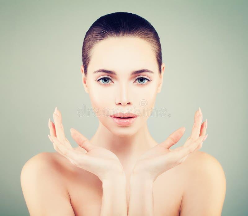 Trevlig flickaSpa modell med den gulliga framsidan och sund hud fotografering för bildbyråer