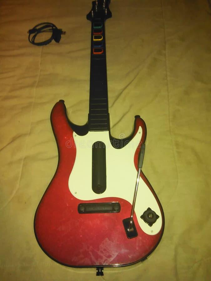 Trevlig gammal röd gitarrhjältegitarr arkivbilder