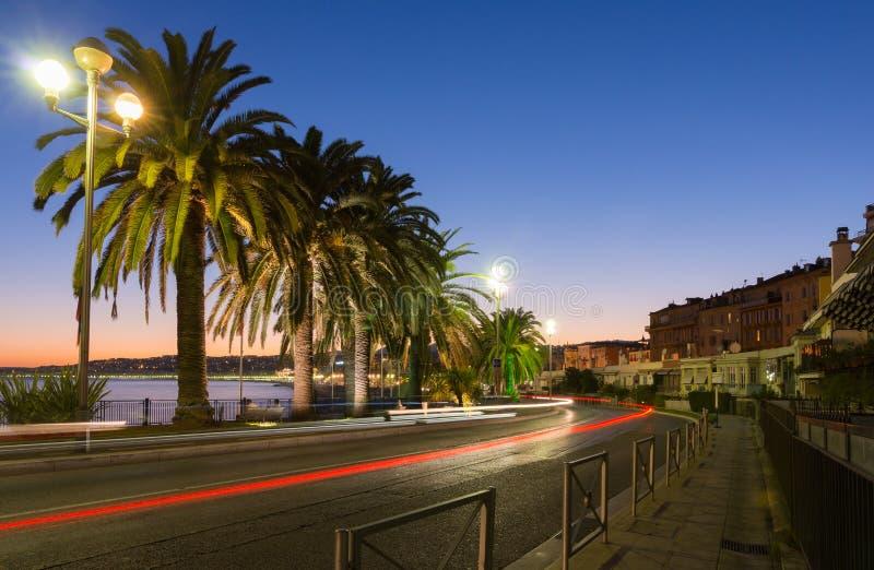Trevlig gatasikt efter solnedgång arkivfoto