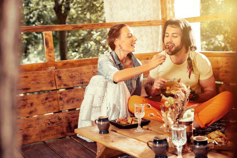 Trevlig glad kvinna som att bry sig om hennes make arkivfoton