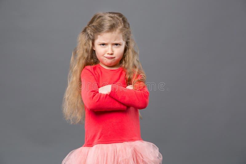 Trevlig gullig flicka som visar hennes känslor arkivbilder