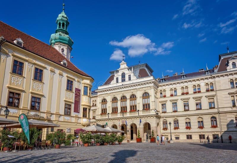 Trevlig huvudsaklig fyrkant i en liten stad Sopron i norr Ungern, 23 08 Ungern 2017 fotografering för bildbyråer