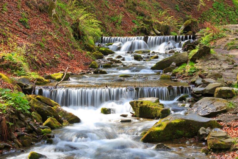 Trevlig kaskad på bergfloden royaltyfria foton
