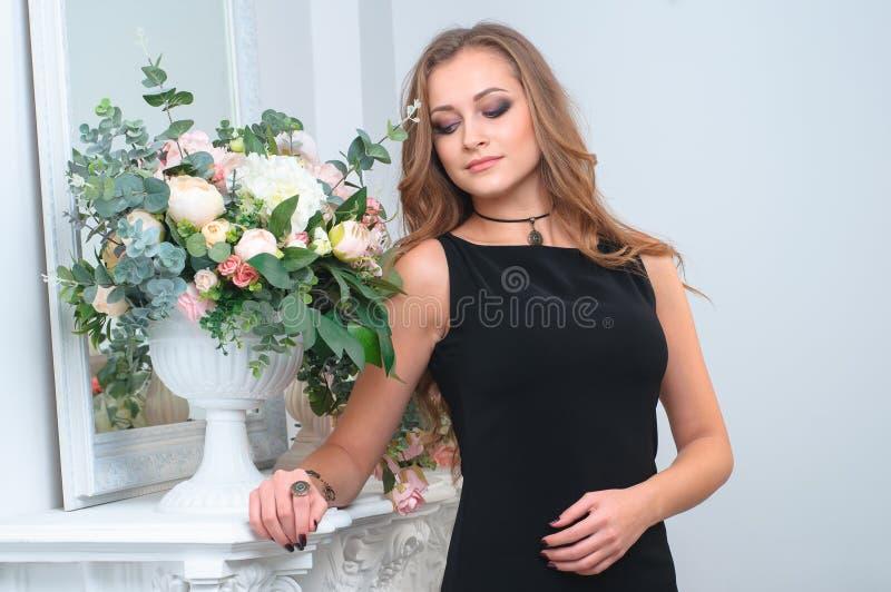 Trevlig kvinna som bär eleganta smycken royaltyfria bilder